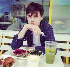 Nick Robinson ~ eat with me Amor Simon, Love Simon, Pretty Boys, Cute Boys, The Fifth Wave, Bae, Poses, Having A Crush, Attractive Men