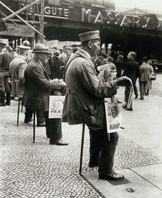 BERLIN 1927, Zeitungsverkäufer auf dem Stocksitz - Newspaper sellers sitting on a stick