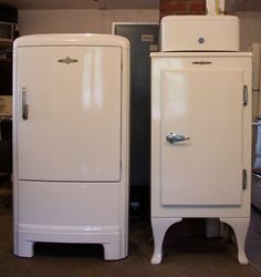 Fridge Aircon inc refrigeration Vintage Kitchen Appliances, 1940s Kitchen, Old Kitchen, Kitchen Ideas, Vintage Fridge, Vintage Refrigerator, Frigidaire Refrigerator, Early American Furniture, Vintage Stoves