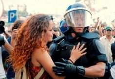 Paz!      Uma manifestante dá um abraço a um polícia da força de intervenção. www.amulherequemanda.com