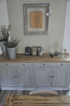 patine gris clair et plateau bois! Going to paint my side board like this Trendy Furniture, Upcycled Furniture, Painted Furniture, Diy Furniture, Muebles Living, Home And Deco, Cool Ideas, Home Staging, Furniture Makeover