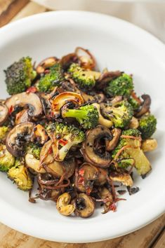 This broccoli and mushroom stir-fry recipe makes a quick, easy, and healthy meal. This broccoli and mushroom stir-fry recipe makes a quick, easy, and healthy meal. Vegan Dinners, Healthy Dinner Recipes, Whole Food Recipes, Diet Recipes, Healthy Snacks, Healthy Eating, Cooking Recipes, Healthy Dishes, Healthy Mushroom Recipes