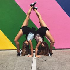 "13.2 mil Me gusta, 29 comentarios - Teagan Rybka (@teagan_rybka) en Instagram: ""When the 'pink wall' is no longer pink! #pinkwall #melroseave #la #twins #rybkatwins #exploring…"""