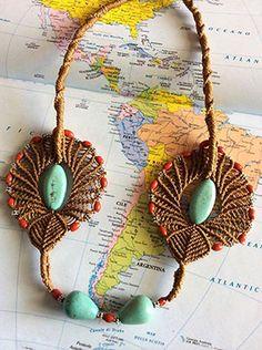 Collana africana realizzata a mano con la tecnica del macramè. Handmade african necklace.