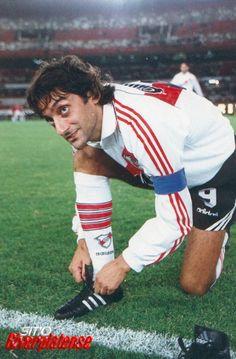 Feliz cumpleaños Enzo Francescoli!!!! EL VERDADERO PRINCIPE! Football Soccer, Football Players, Fifa, Passion, The Unit, Retro, Carp, Schedule, Amor