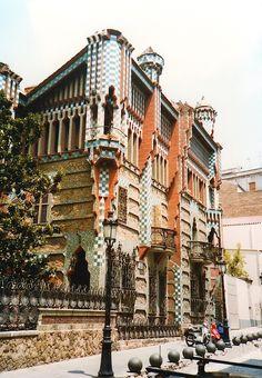 スペイン、バルセロナにある、 サグラダ・ファミリア教会の完成が、 いよいよ見えてきた、とのことで、 今また注目を浴びる、 建築家、アントニ・ガウディ。    .    そんなガウディが設計した、はじめての住宅、 カサ・ビセンス。 . 色彩豊かな、装飾タイルの、この家。 ムデハル様式、なんて呼ばれる、 イスラム風の意匠に覆われています。 .       当時、 フランスを中心に興った芸術運動「アール・ヌーヴォー」は、 その他の国々でも、同時多発的に興りました。    .    ただ、 それぞれの国の...