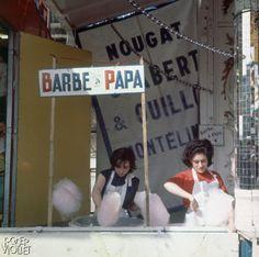 Marchand de barbe à papa. Paris, vers 1960.