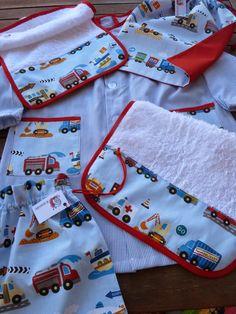 Kit vuelta al cole vehículos: bata, bolsita almuerzo, bolsa muda, toallita y babero comedor