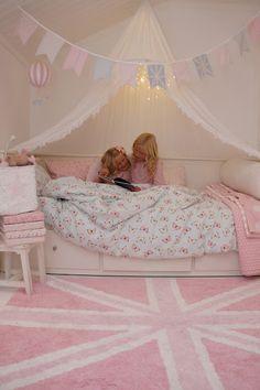 Molban, bunting, lorena canals, sänghimmel, luftballong, hot air balloon, butterflies, fjärilar, girls room, flickrum, sweet, pink, pastel