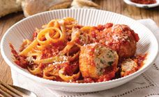 Your family will love Curtis' tasty chicken meatballs with fettuccine in a homemade Napoli sauce. Sauce Recipes, Pasta Recipes, Chicken Recipes, Cooking Recipes, Recipe Chicken, Meal Recipes, Yummy Recipes, Easy Healthy Recipes, Quick Easy Meals