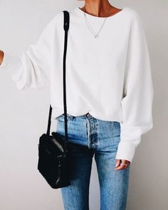 Casual outfit with crew neck white sweater and chic mom jeans. Great idea for inspired yet easy weekend outfit Mode Outfits, Fall Outfits, Casual Outfits, Fashion Outfits, Womens Fashion, Fasion, Classy Outfits, Look Fashion, Winter Fashion