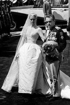 """Grace Kelly, princesse de Monaco: le style mythique d'une icône. La robe de mariée: A 26 ans, Grace Kelly épouse le prince Rainier III de Monaco, après l'avoir rencontré au Festival de Cannes l'année d'avant. Le 19 avril 1956, """"le mariage du siècle"""" se tient à la cathédrale de Monaco. Créée par la costumière de cinéma Helen Rose de la Metro-Goldwyn-Mayer (MGM), sa robe de mariée en dentelle brodée de perles a nécessité six semaines de travail pour 35 personnes et arbore une traîne de 25…"""