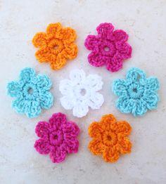 Als je even googled, dan vind je heel veel blogs met gratis patronen.Dit is bijvoorbeeld een patroontje van het blog van haakensmaak@blogspot.nl. Een hele leuke bloem die je maken kan in 5 minuten. Leuk om op een haarspeltje vast te maken of op een gehaakt knuffeltje.Sara Rivkamaakte een ontwerp, en ik vond hem zo leuk… Crochet Daisy, Knit Or Crochet, Crochet Crafts, Crochet Projects, Crochet Flower Tutorial, Crochet Flower Patterns, Crochet Flowers, Daisy Pattern, Diy Flowers