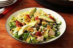 Cette salade contient du poulet, des légumes-feuilles, des haricots noirs, de l'avocat, du fromage cheddar et de la vinaigrette Campagne à la salsa.