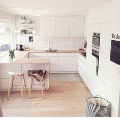 Simplicité d'une cuisine blanche et plan de travail bois