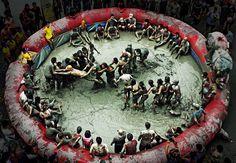 12) Beryeong Mud Festival: Corea del Sur El verano en la nación coreana se llena de lodo con esta celebración, inicialmente concebida como una campaña de mercadotecnia para los productos que contienen lodo. Con más de 2 millones de asistentes, tiene ya más de 15 años de historia.