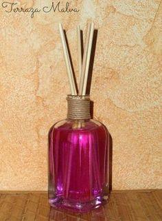 Cómo hacer un ambientador mikado | ManualidadesIngredientes: 40 ml. agua desmineralizada o destilada 60 ml. de alcohol cosmético de 96º 1 ml. aceite esencial de eucalipto (unas 30 gotas) Colorante para jabones (opcional) Frasco para mikado Palitos de madera (brocheta o similar)