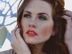 Maquiagem com batom laranja e sombra verde
