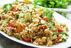 orientalischer Bulgur-Salat mit gerösteten Tomaten und Kichererbsen Rezept mit Sumach, Kreuzkümmel, Koriander, Gurke, Pinienkerne. Vegan, Vegetarisch