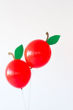 DIY apple balloonsHow to make an apple balloon.Zenapatch: 10 ideas for a frozen party!Zenapatch: 10 ideas for a frozen party! (with print templates! My Little Pony Party, Back To School Party, School Parties, Diy Party, Party Gifts, Snow White Birthday, Fruit Party, Partys, Balloon Decorations