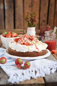 Erdbeer Kokos Kuchen mit Géramont Frisch-Genuss - Strawberry Coconut Cake   Das Knusperstübchen. Ein Desserttraum! #cestbon