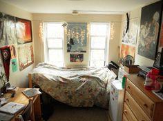 やっぱりベッドも、デスクも、冷蔵庫も、チェストも置きたい!  壁面のインテリアのおかげで、大きな家具も部屋になじんでいます。