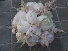 peonias blancas,peonia rosa pastel y astilbe  https://floristerianerine.wordpress.com/