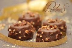 Rochers au praliné Rochers au praliné : (10 pièces) 125g Pralinoise 30g noisettes 75g beurre + 1 noisette 275g chocolat au lait 75g crêpes dentelles Gavottes