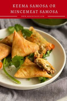 Keema samosa is a popular Pakistani snack with a filling of keema enclosed in a flour based pastry and deep fried. Enjoy it hot with mint chutney on the side. Eid Recipes, Ramadan Recipes, Snack Recipes, Turkey Mince, Mince Meat, Eid Breakfast, Keema Samosa, Eid Food, Spring Roll Wrappers