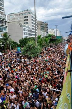 Multidão em fevereiro de 2013 atrás do Trio Elétrico do cantor Netinho na Avenida Vieira Souto, Rio de Janeiro/RJ, durante o Carnaval do Rio 2013.