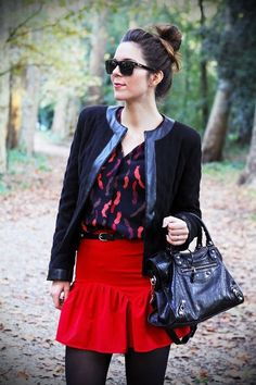 chignon con giacca nera con profilo in pelle, Balenciaga camicia fantasia e gonna rossa.    Chignon with fantasy shirt, red skirt, Balengiaca and a black jacket.  www.ireneccloset.com
