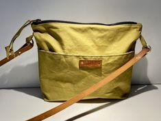 "Crossbody Bag in Oilskin ""Ruth"" lime mit Naturledertraggurt"