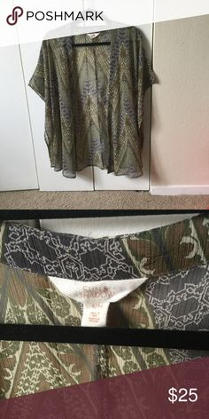 Green Patterned Kimono Cute patterned kimono. great addition to any closet! Light material and super comfy. Great condition probably worn only once. Sizes as a small/medium sun & shadow Nordstrom brand. No holes/frays. Nordstrom Sweaters Cardigans