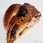 Aprenda a fazer um delicioso Pão Doce de Doce de Leite com Ameixa, que recebe um recheio saboroso, que resiste ao calor do forno.  http://xamegobom.com.br/receita/pao-doce-de-doce-de-leite-com-ameixa-2/