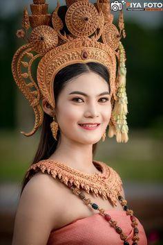 Thai apsara at Buriram, Thailand. Traditional Thai Clothing, Traditional Dresses, Beautiful Japanese Girl, Beautiful Asian Women, Asian Woman, Asian Girl, Cambodian Wedding Dress, Native Wears, Thai Dress
