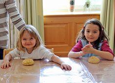 Der Osterhase war schon in der Seevilla Die Kinder des Altausseer Kindergartens haben dem Osterhasen ordentlich unter die Arme gegriffen und ihre eigenen Osterpinzen gebacken.