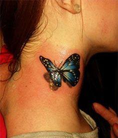 Pequeño tatuaje de una mariposa en 3D en el cuello.