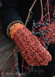 knitted by Kristi Joeste Wool Gloves, Knitted Gloves, Fingerless Gloves, Knit Mittens, Knitting Socks, Knitting Stitches, Knitting Patterns, Knitting Ideas, How To Purl Knit