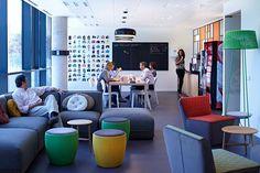 """La multinacional Kimberly-Clark ha apostado por un diseño """"open space"""" para sus nuevas oficinas en Madrid... Sofá Party, Mesas Rock y Nudo y butacas  El sofá modular Party, las mesitas Rock y Nudo, los pufs Chat y las butacas Tea contribuyen a crear lugares proclives al diálogo."""