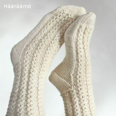 lace cable pattern for woolen socks + the instruction w/ clear pics (text in Finnish) Lace Socks, Knit Mittens, Crochet Slippers, Knitted Gloves, Knitting Socks, Knitting Stitches, Knitting Videos, Hand Knitting, Woolen Socks