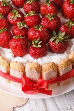 Ob zu Ostern oder einfach für einen gemütlichen Sonntag - Erdbeerkuchen geht immer. Rezepte für Erdbeerkuchen - mit Kokos, mit Zitrone, mit Ingwer. Und vor allem: mit extravielen frischen Erdbeeren. Die sind schließlich das Wichtigste beim Erdbeerkuchen!
