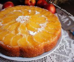 La torta rovesciata senza burro alle pesche e yogurt è una sofficissima torta senza burro, preparata con yogurt magro e pesche noci.