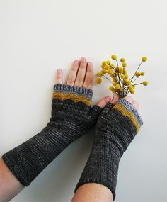 Ravelry: ambahobrien's maroo mitts Nice colour combo and styling!