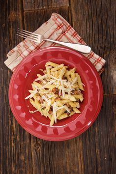This easy 8-minute carbonara sauce will help you enjoy your pasta even faster. Mix together egg yolks, garlic, olive oil and pancetta into a yummy sauce and pour it over your penne.