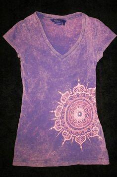 Miley-Cyrus-Lila-T-Shirt-gebleichtes-Henna-Muster