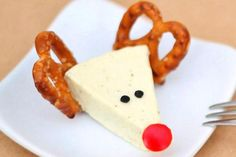 Ingredientes: pretzells, pimiento rojo, queso, semillas de sésamo.