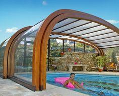 Cubierta de madera en una casa particular. A la calidez de la madera se une un exclusivo diseño que permite disfrutar de la piscina 365 días al año