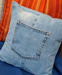 DIY jeans refashion: DIY Make a Throw Pillow Cover with Recycled Jeans Refaçonner Jean, Jean Diy, Jean Crafts, Denim Crafts, Artisanats Denim, Denim Purse, Diy Jeans, Jeans Refashion, Memory Pillows