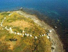 Cercle de pierres. Mégalithes Cromlechs sur l'île Er Lannic - Golfe du Morbihan. Brittany