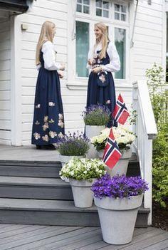 Hipp Hipp Hurra for mai! Vi gir deg tips til hvordan du kan pynte med blomster ute til den store nasjonaldagen. Norwegian Food, Spring Awakening, Long Winter, Four Seasons, Garden Projects, Norway, Summertime, Girly, Celebrities
